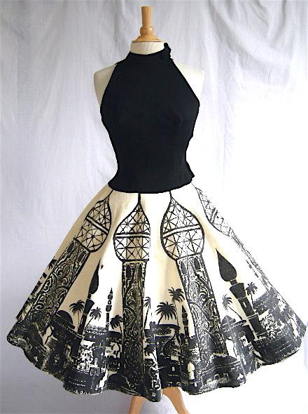 На фото ретро платье с пышной юбкой