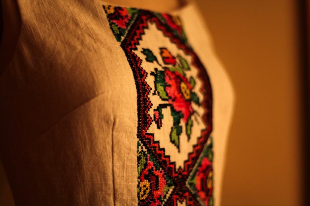 На фото платье в украинском стиле
