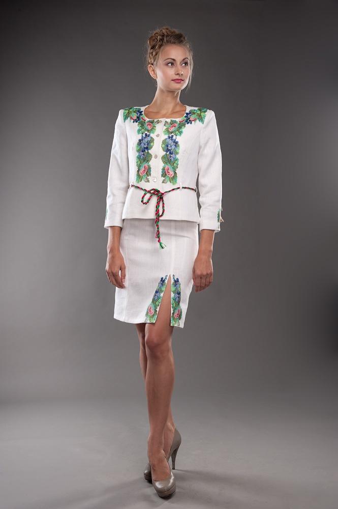 На фото вышитое платье в украинском стиле