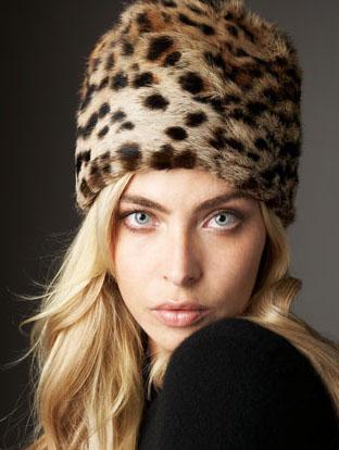 На фото модная меховая шапка 2015