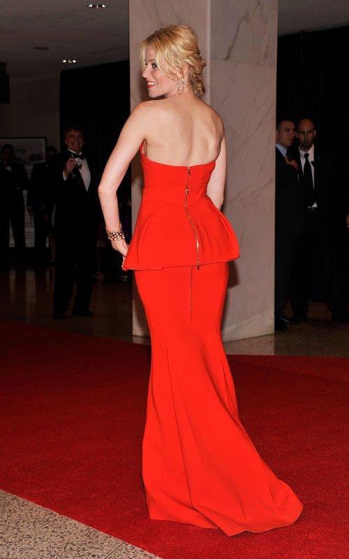 На фото модная модель платья с баской