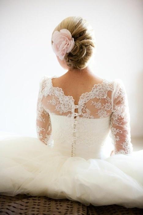 На фото свадебная прическа с живыми цветами в волосах