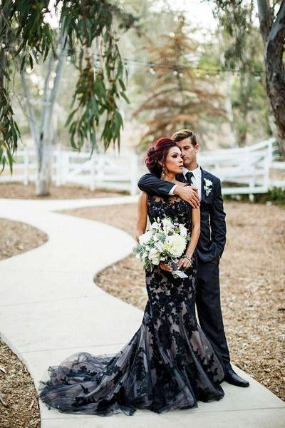 На фото вечернее платья черного цвета