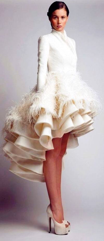 На фото красивое выпускное платье белого цвета