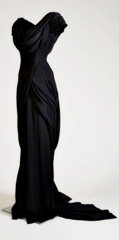 На фото свадебное платье черного цвета