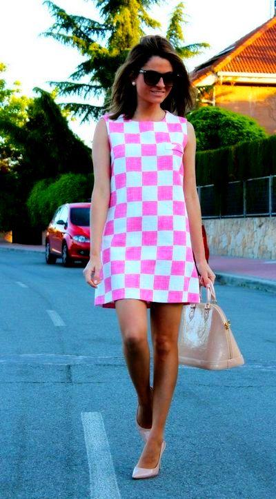 На фото модное платье в клетку