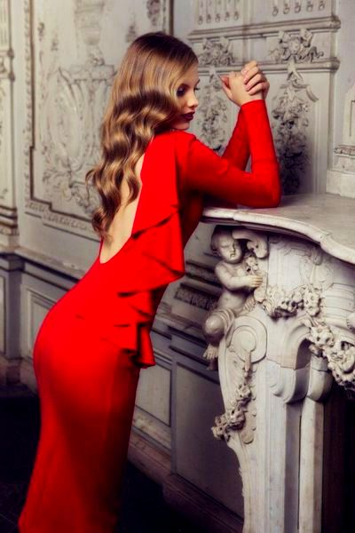 на фото модное платье красного цвета