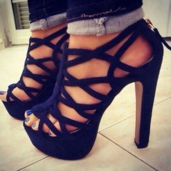 На фото модные красивые туфли на высоком каблуке