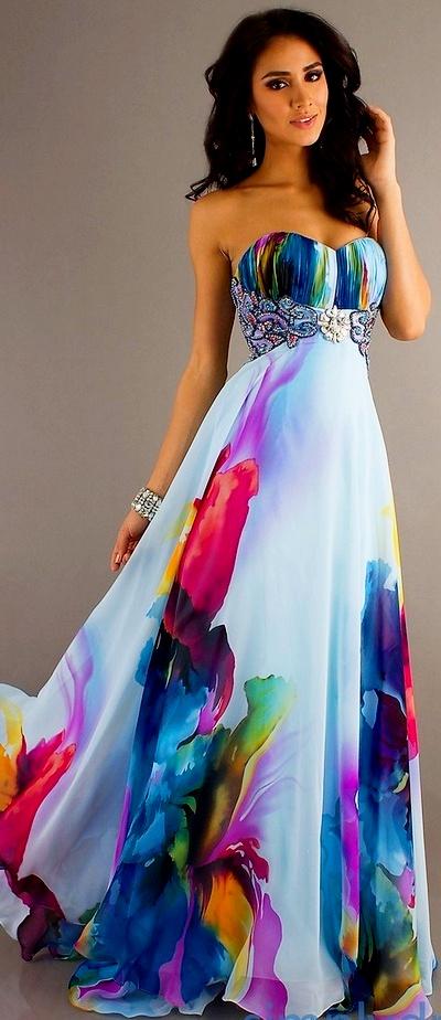 На фото модное вечернее платье белого цвета